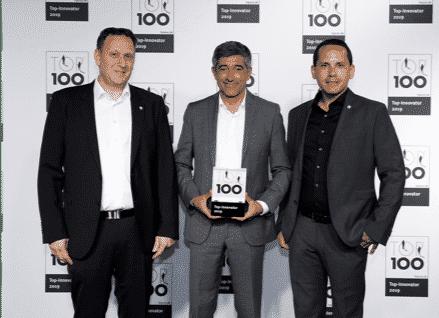 TOP 100: Mentor des Innovationswettbewerbs Ranga Yogeshwar überreicht den Geschäftsführern von Wetzlich, Thorsten Wagemann (li.) und Florian Gisch (re.) den TOP 100 Award. Quelle: TOP 100 (bei Verwendung bitte angeben)