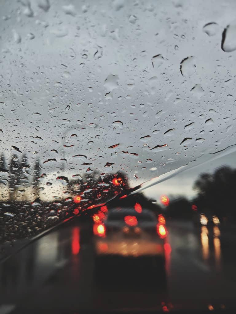 Im Herbst gefährden dämmriges Licht und Nässe unsere Sicherheit auf der Straße. Eine gute Sicht ist jetzt besonders wichtig, um Unfälle zu vermeiden. Quelle: Pexels/Valeriia Miller (Bei Verwendung bitte angeben)