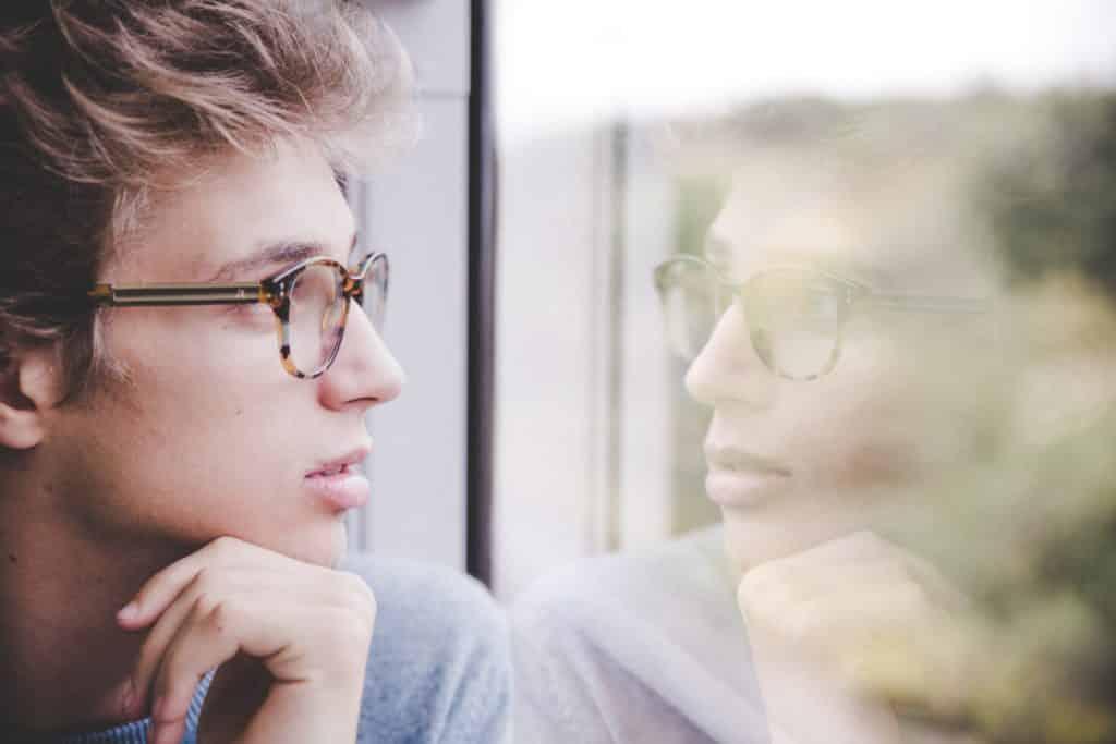 Ein regelmäßiger Sehtest und die passenden Brillengläser können einer fortschreitenden Sehschwäche entgegenwirken. Quelle: Unsplash/Laurenz Kleinheider (bei Verwendung bitte angeben)